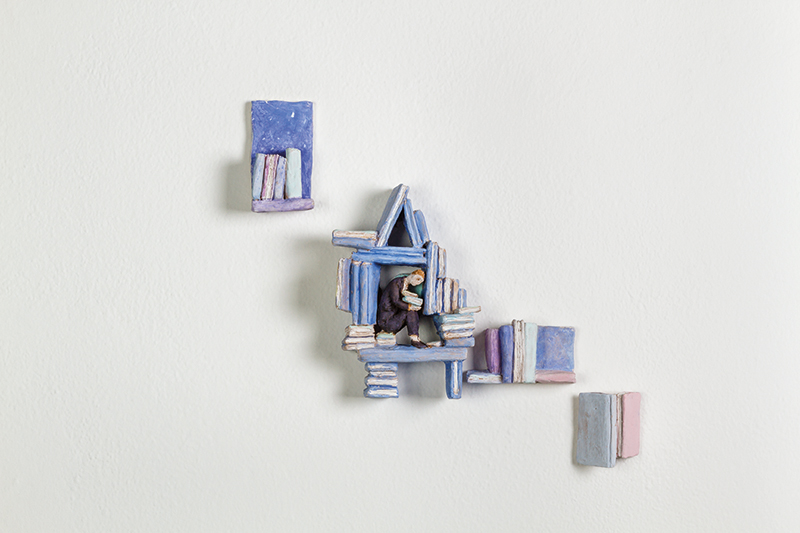 Pino Deodato, Casina blu - I luoghi per pensare, 2017 terracotta policroma, cm 18x13x6. Courtesy: Galleria Melesi, Lecco. Foto: Stefano Pensotti