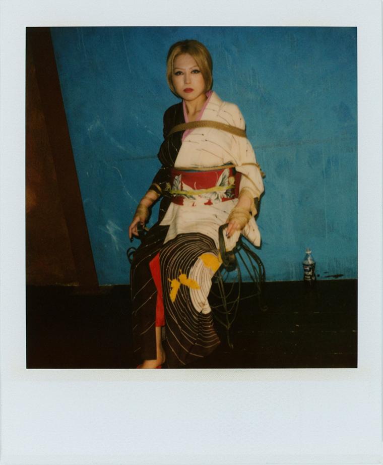 Nobuyoshi Araki, Kinbaku Polaroid, 10,8x8,8 cm, pezzo unico, firma al retro - courtesy Galleria 13, Reggio Emilia