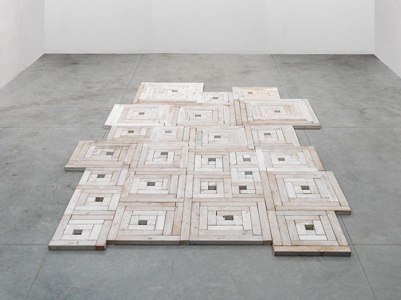 Paolo Icaro, Etcoetera (Square Spirals), 1978,  legno sbiancato, installazione di dimensioni variabili.  Courtesy: l'artista e P420, Bologna. Foto: M. Sereni