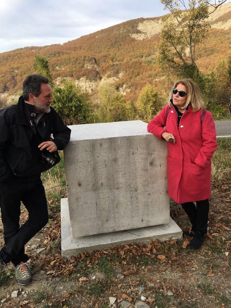 """Tiziano Bellomi e Manuela Bedeschi accanto alla scultura """"Luce della Memoria"""""""