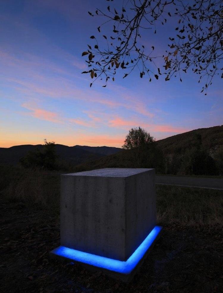 Manuela Bedeschi e Tiziano Bellomi, Luce della Memoria, 2016-17, documenti, cemento, luce a led, impianto fotovoltaico, 100x100x100 cm