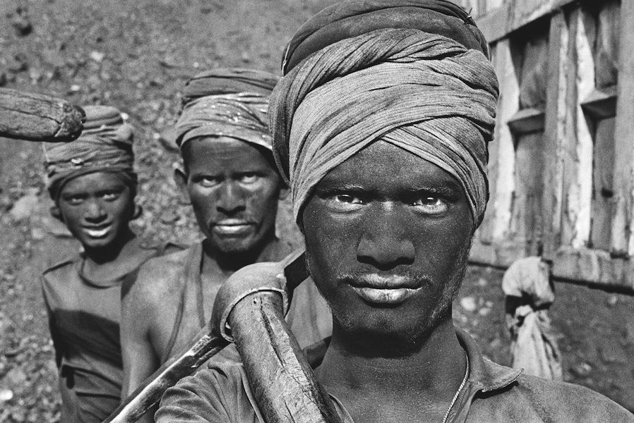 Sebastião Salgado, Coal Mining, Dhanbad, Bihar, India, 1989, stampa alla gelatina d'argento su carta, Amazonas images, Paris © Sebastião Salgado/Amazonas images