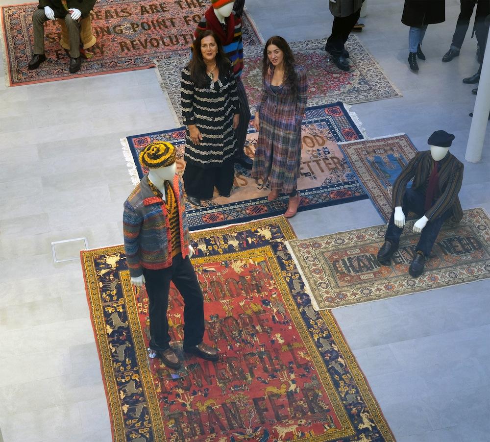 """Da sinistra: Angela Missoni e Loredana Longo, Missoni showroom, opere """"Carpet"""" di Loredana Longo, Collezione Missoni Uomo Winter 2018"""
