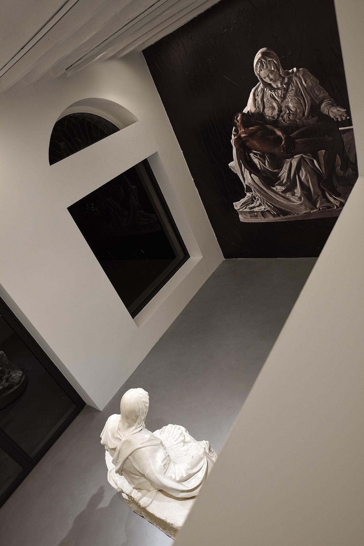 Una veduta della mostra Fabio Viale. Lucky Ehi, Galleria Poggiali, Milano Foto: Michele Alberto Sereni