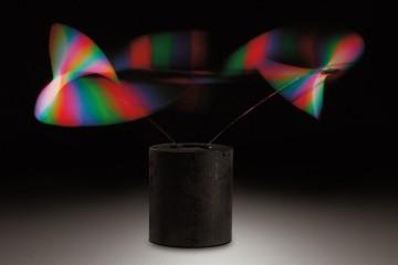 Piero Fogliati, Svolazzatore cromocangiante, (1967) 1991, proiettore e schermo ad elica proiettore: metallo, lenti, filtri colorati, alimentazione 220V; schermo ad elica: motore elettrico, elica bianca in alluminio, alimentazione 220V