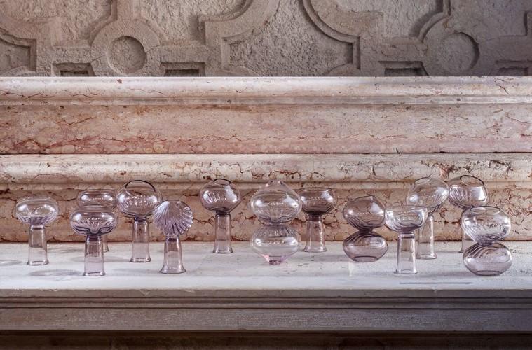 Marcela Cernadas, Cenacolo, 2015, installazione di 13 sculture in vetro ametista e ametista chiaro, soffiate a mano libera, modellate su stampo a conchiglia dimensioni varie, foto: Francesco Allegretto
