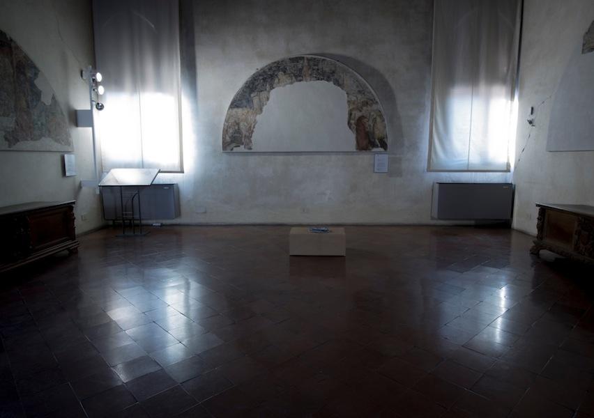 Sislej Xhafa, Dressed tone, 2007, microfono, nastro adesivo argentato, lunghezza: cm 100 circa Courtesy l'artista e Galleria Continua, San Gimignano (veduta della mostra)