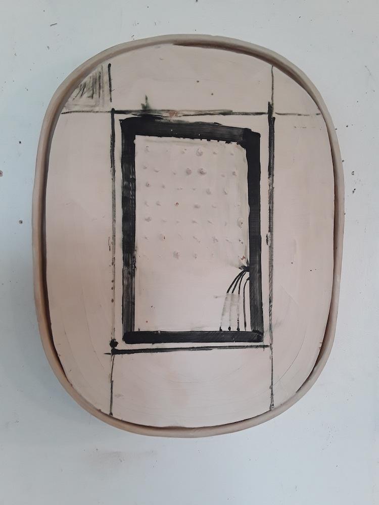 Mirco Marchelli, Bella cera, 2017, ceramica dipinta e smaltata, 61x47x8 cm Courtesy MARCOROSSI arte contemporanea