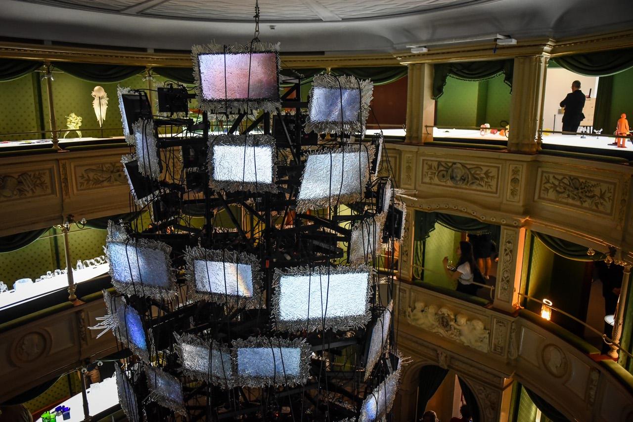L'installazione dell'azienda ceca Lasvit al teatro Gerolamo di piazza Beccaria nell'ambito di Monster cabaret. Art director Maxim Velcovsky con i lavori di fratelli Campana e Maarten Baas