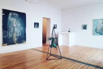 Veduta della mostra Andrea Mariconti: Spielen mit Geistern, Luisa Catucci Gallery, Berlino