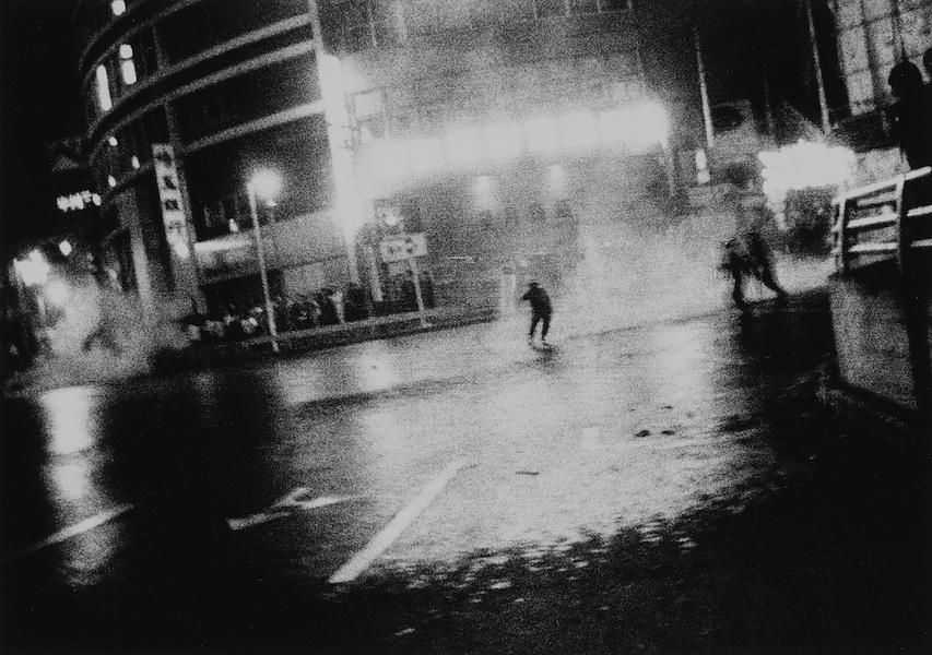 Daido Moriyama, Oct. 21, 1969, 1969/2008, stampa alla gelatina d'argento, 25x30 cm © l'autore Courtesy Fondazione Cassa di Risparmio di Modena