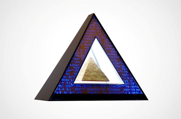 andrea-prandi-piramide-pyramid-2012-lampada-con-piramide-fluttuante-31x35-cm