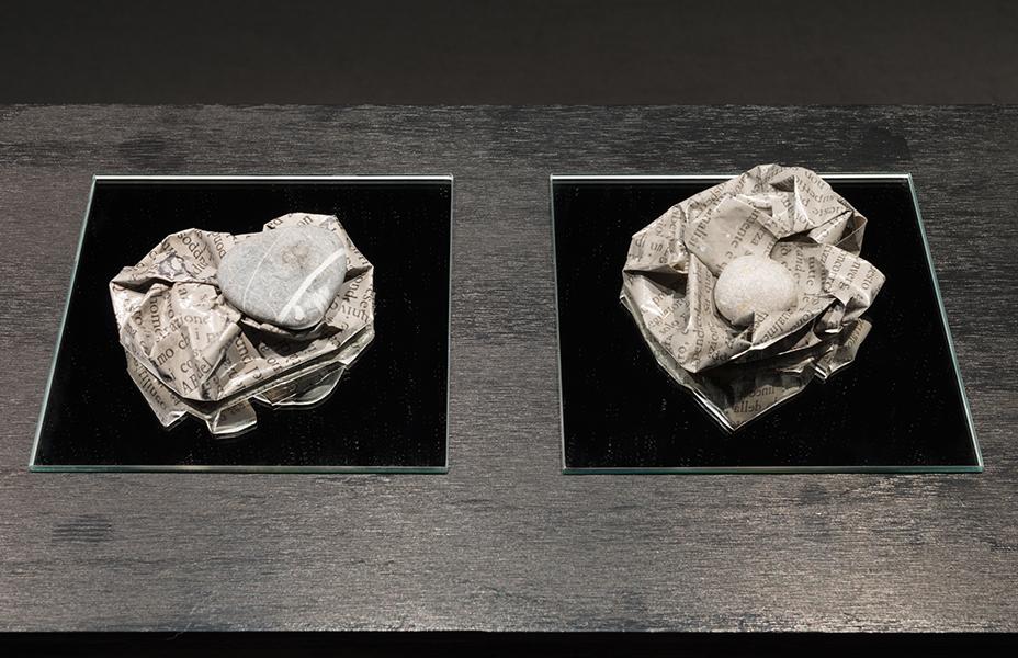 MARIA REBECCA BALLESTRA, Il tempo capovolto, 2017, stampe su carta (30 x 40 cm) e pietre, dimensioni variabili