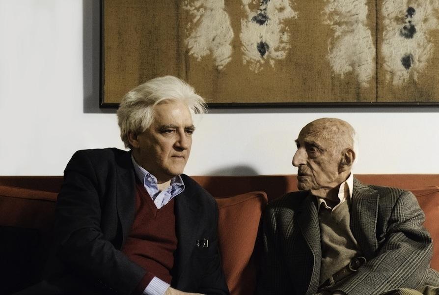 Gillo Dorfles nella sua casa di Milano con Luigi Sansone nel 2017 Foto Matteo Zarbo