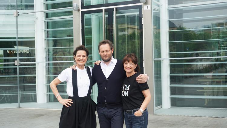 Letizia Ragaglia, direttrice di Museion, l'artista Olaf Nicolai e la presidente di Museion Marion Piffer Damiani