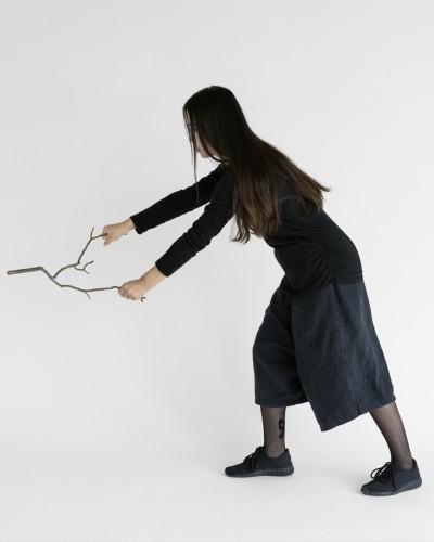 Sharon Lockhart Nine Sticks in Nine Movements: Movement Six 2018 Stampa cromogenica incorniciata 128,8 x 103,8 cm © Sharon Lockhart, 2018 Courtesy l'artista, neugerriemschneider, Berlino e Gladstone Gallery, New York e Bruxelles