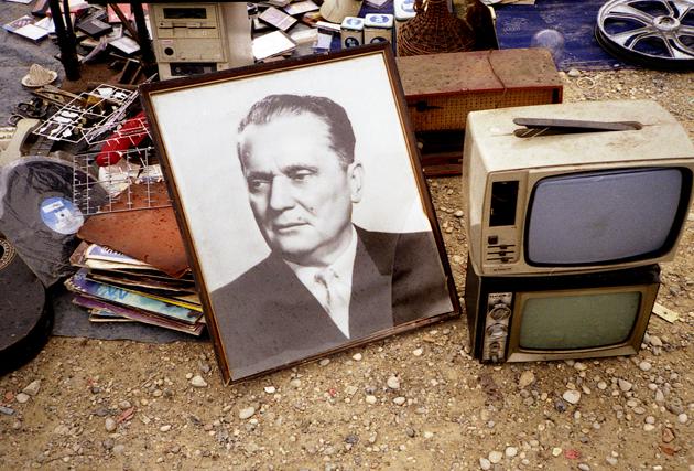 Mladen Stilinović, Sale of Dictatorship, 1977-2000 Stampa a getto d'inchiostro, 18 x 28 cm © l'artista. Courtesy Fondazione Cassa di Risparmio di Modena