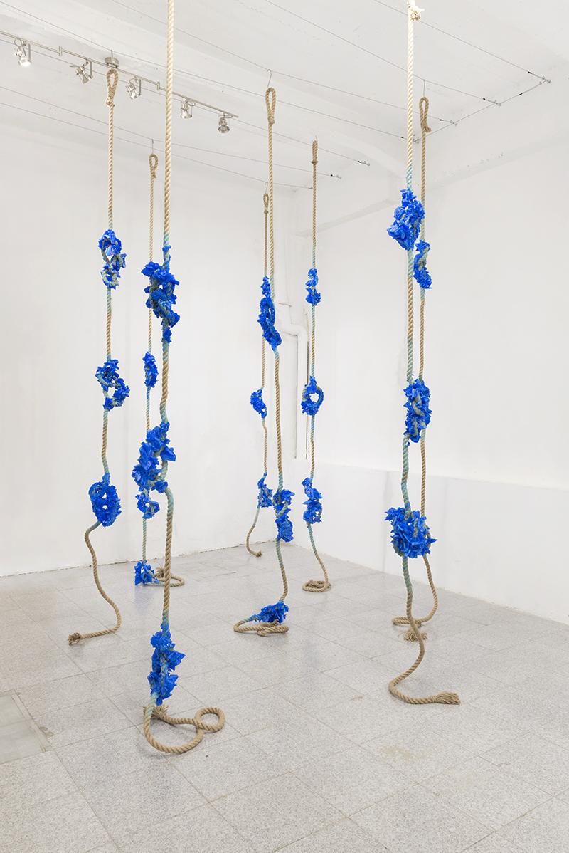 Francesca Romana Pinzari, Cordis 2018, corda di juta e solfato di rame, installazione, dimensioni variabili
