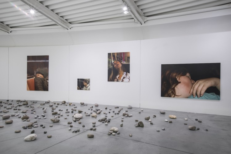 Mark Wallinger, Pietre Prato, 2018 (on the floor); The unconscious, 2010 (on the wall) Ph. OKNOstudio