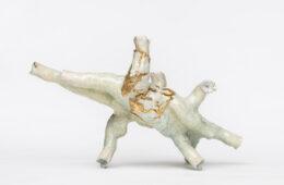 Sabino de Nichilo, Organo da asporto, 2020, grès, smalti ad alta temperatura, lustro oro, 52x18x31 cm, ph. Sebastiano Luciano