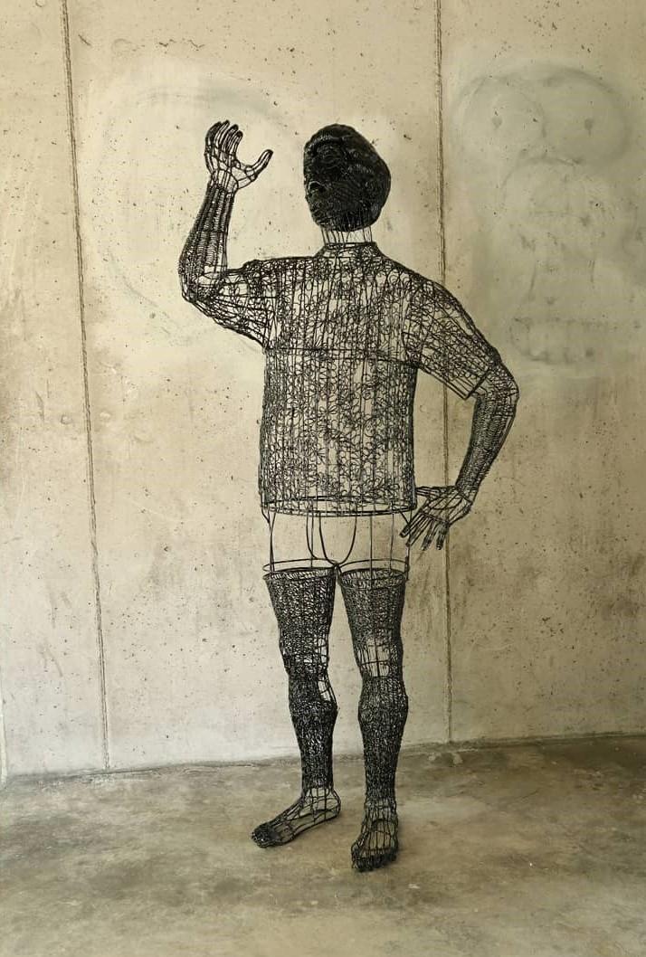 Roberto Fanari, Bevitore, 2021, filo di ferro cotto, 76x175x50cm